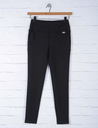 Black colored solid jeggings