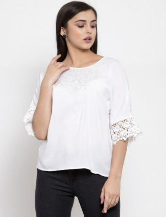 Beautiful white casual top in cotton with embrodiery